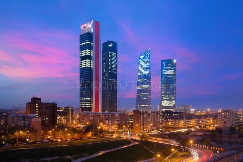 Madrid Vier horizon van het Torens de financiële district bij schemering in Gek stock foto
