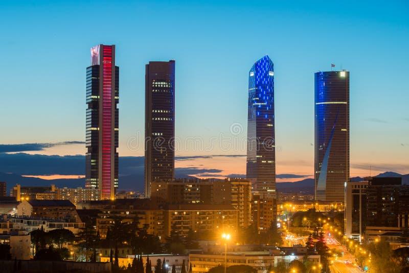 Madrid Vier horizon van het Torens de financiële district bij schemering in Gek royalty-vrije stock foto's