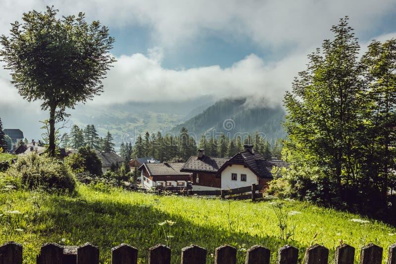 Madrugada con niebla en un pueblo alpino imagen de archivo