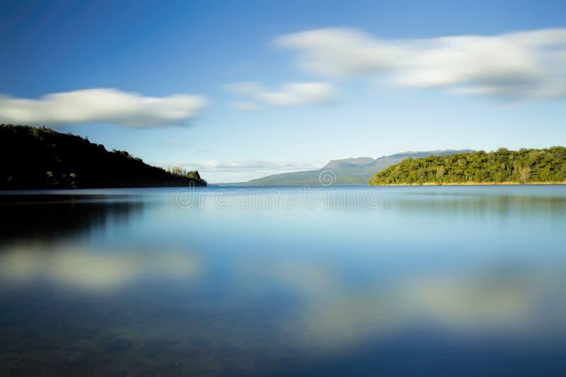 Madrugada en el lago fotografía de archivo