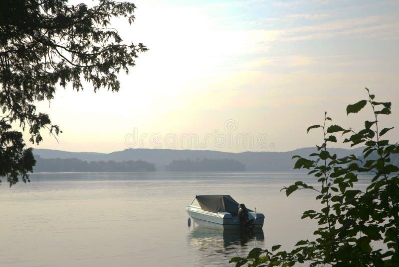 Madrugada en el lago de bahías, Muskoka, Ontario, Canadá fotos de archivo libres de regalías