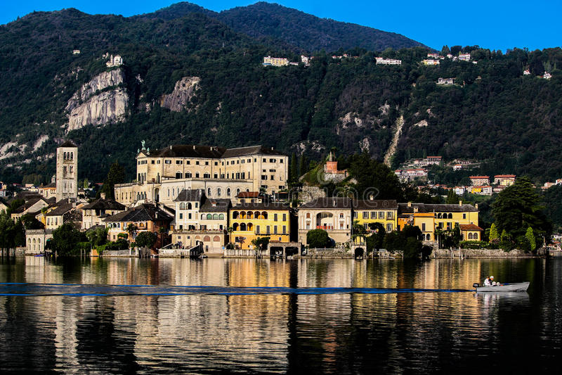 Madrugada en el lago Orta, Piamonte, Italia fotos de archivo libres de regalías