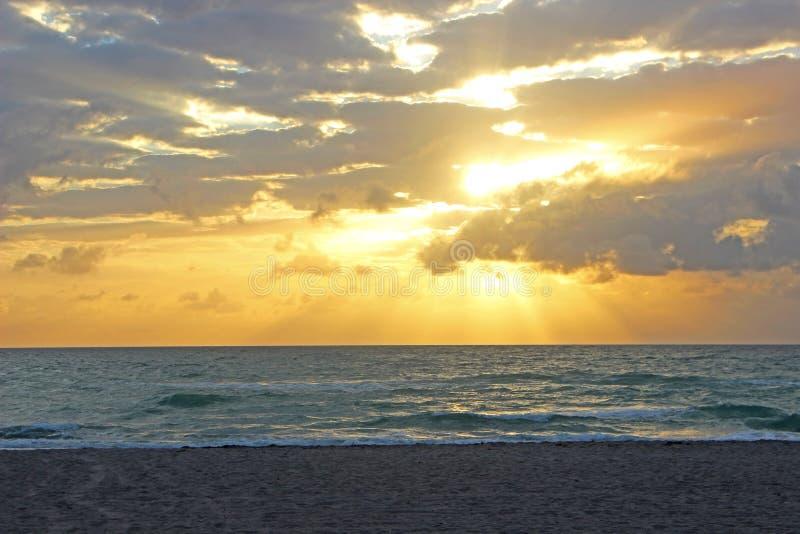 Madrugada en la playa fotos de archivo