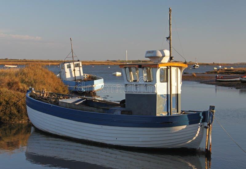 Madrugada, mareas hacia fuera, escena del puerto foto de archivo