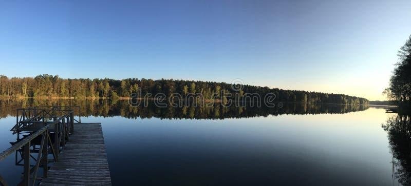 Madrugada por el lago imagenes de archivo