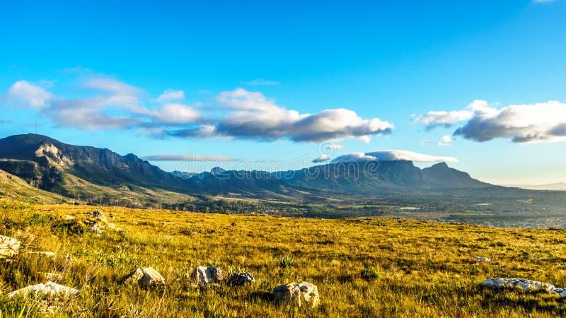 Madrugada sobre el Western Cape con Cape Town y la montaña de la tabla imagen de archivo