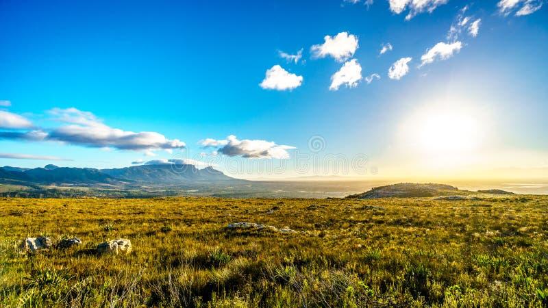 Madrugada sobre el Western Cape con Cape Town y la montaña de la tabla fotografía de archivo libre de regalías