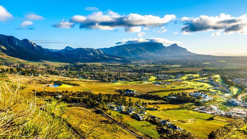 Madrugada sobre el Western Cape con Cape Town y la montaña de la tabla imagenes de archivo