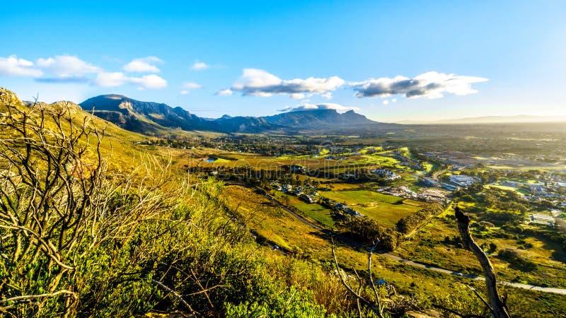 Madrugada sobre el Western Cape con Cape Town y la montaña de la tabla imagen de archivo libre de regalías
