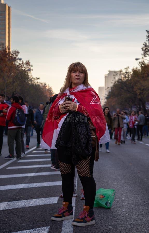 MADRYT, GRUDZIEŃ 09 - zwolennik River Plate w ulicie w finale Copa Libertadores przy Bernabéu, obrazy stock