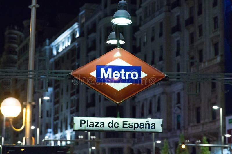 """Madryt, Hiszpania â€/""""03 03 2019: Metro logo światła znak dla podziemnego wejścia w Madryt Spain obrazy royalty free"""