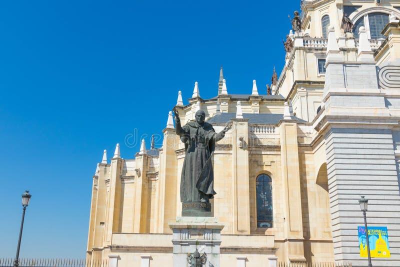 """Madryt, Hiszpania â€/""""03 03 2019: Pope Jean Paul II statua w Madryt Hiszpania obrazy stock"""