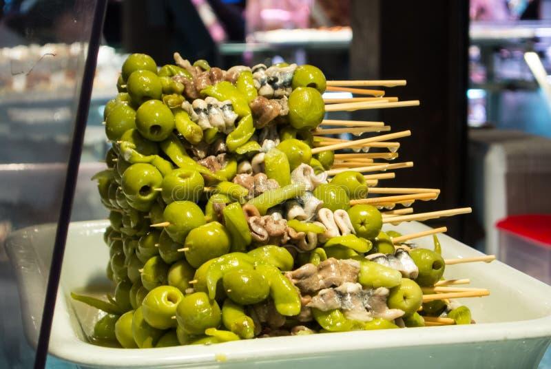 MADRYT HISZPANIA, LUTY, - 12, 2017: Hiszpańskie tradycyjne przekąski z oliwkami przy San Miguel Wprowadzać na rynek obraz royalty free