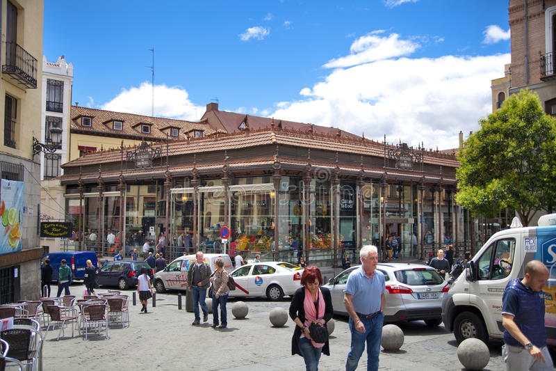 MADRYT, HISZPANIA, MAJ 28, centrum miasta, stara ulica i budynki Madryt, -, 2014 Mercado San Miguel rynek, obraz stock