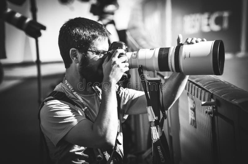 Madryt, Hiszpania - 01 2019 MAJ: Fotoreporter z kamerą strzela dopasowanie podczas uefa champions league przy 2019 definitywnych  obraz royalty free