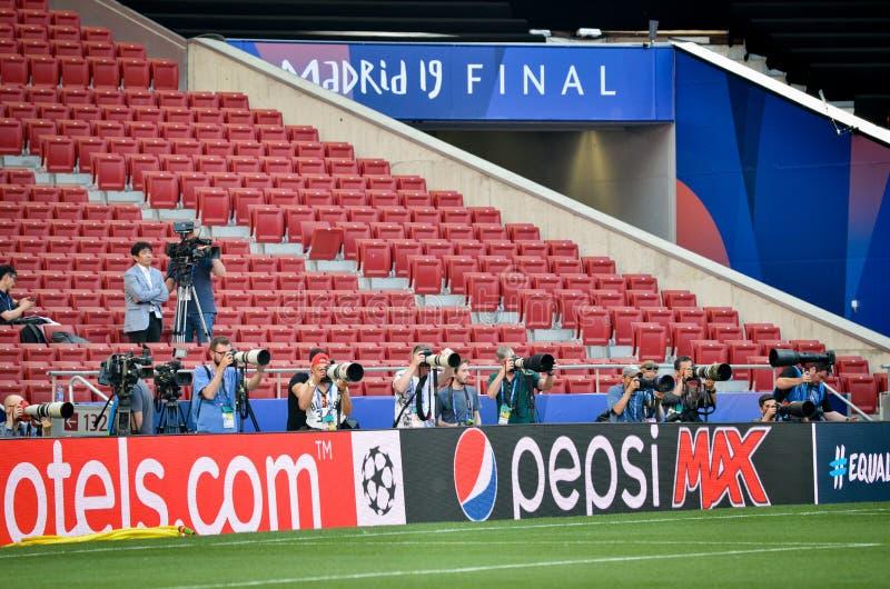 Madryt, Hiszpania - 01 2019 MAJ: Fotoreporter z kamerą strzela dopasowanie podczas uefa champions league przy 2019 definitywnych  fotografia stock