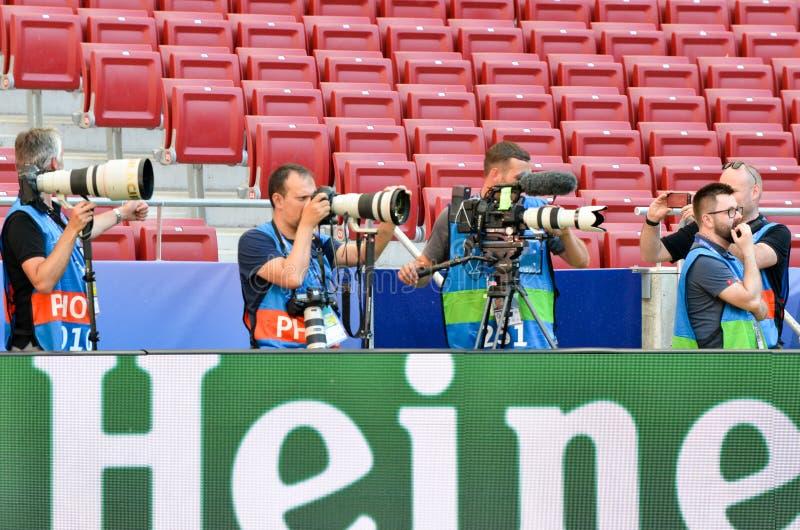 Madryt, Hiszpania - 01 2019 MAJ: Fotoreporter z kamerą strzela dopasowanie podczas uefa champions league przy 2019 definitywnych  zdjęcia stock