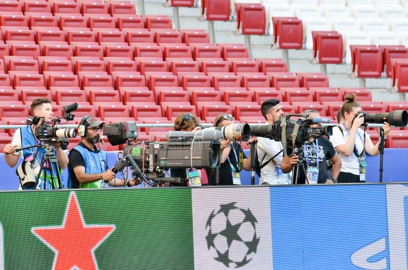 Madryt, Hiszpania - 01 2019 MAJ: Fotoreporter z kamerą strzela dopasowanie podczas uefa champions league przy 2019 definitywnych  zdjęcia royalty free