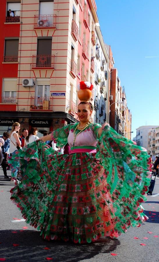 Madryt, Hiszpania, Marzec 2nd 2019: Karnawałowa parada, kobieta od Paragwajskiego tana grupowy pozować z tradycyjnym kostiumem obraz stock