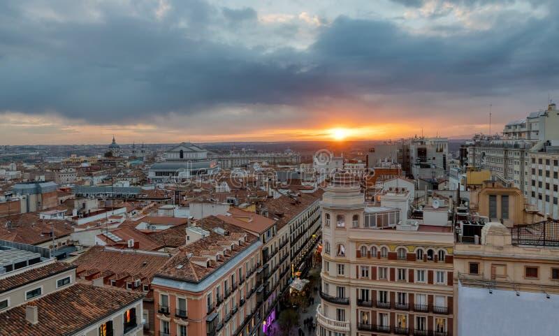 Madryt, Hiszpania pejzaż miejski Pokazuje dachów i Almudena katedrę przy zmierzchem obrazy royalty free