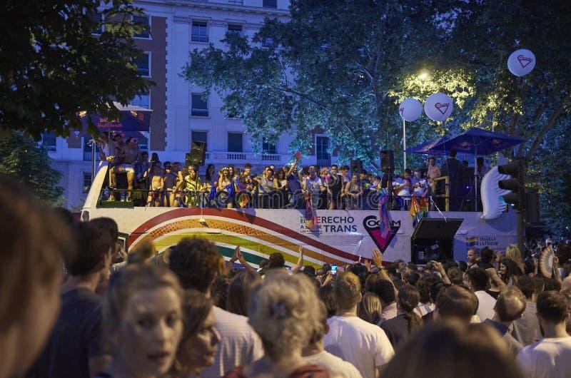 MADRYT, LIPIEC - 07: Homoseksualny i lesbians chodzimy w Gay Pride paradzie na Lipu 07, 2018 w Madryt, Hiszpania zdjęcia stock
