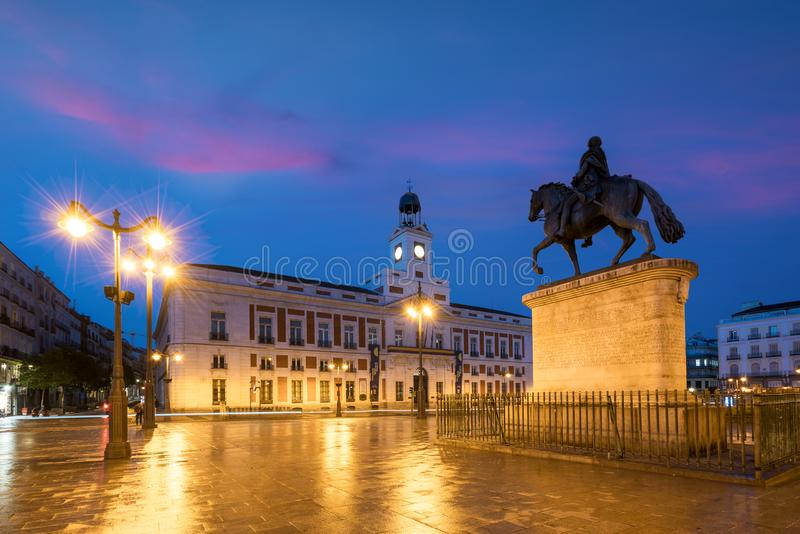 Madryt pejzaż miejski przy nocą Krajobraz Puerta Del Zol kwadrat Km zdjęcia stock