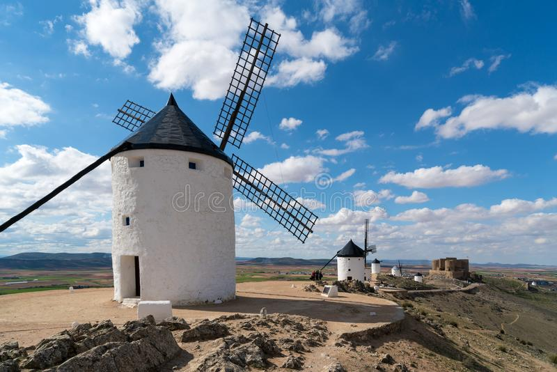 Madryt podróży miejsce przeznaczenia Krajobraz wiatraczki Don donkiszot Dziejowy budynek w Cosuegra terenie blisko Madryt, Hiszpa obraz royalty free