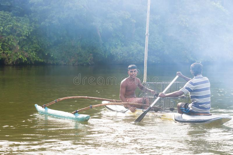 Madu Ganga, Balapitiya, Sri Lanka - diciembre de 2015 - fishe nativo imagenes de archivo
