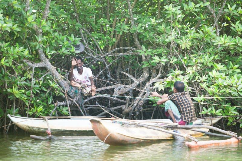 Madu Ganga, Balapitiya, Sri Lanka - diciembre de 2015 - fisherme dos fotografía de archivo