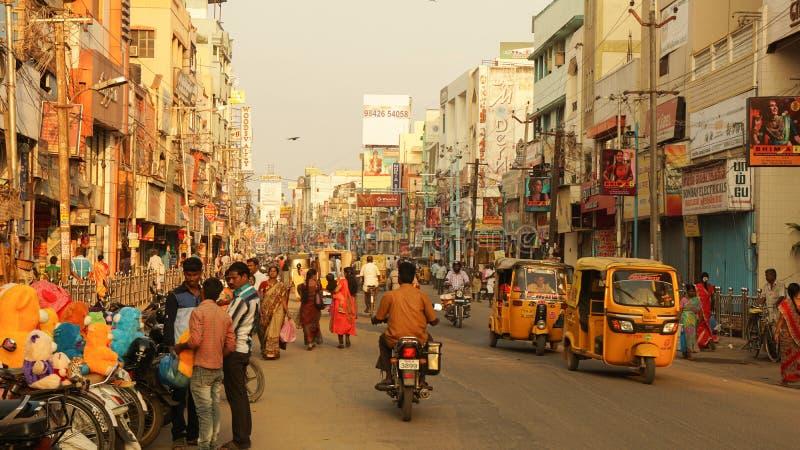 Madurai/la India - enero de 2016: Calle muy transitada en la India fotografía de archivo
