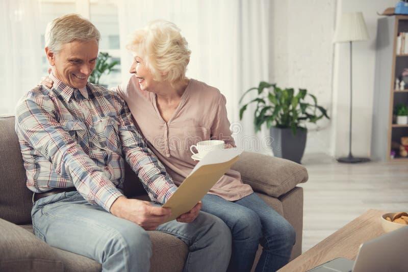 Madure a la gente casada que admira el testamento escrito imagenes de archivo