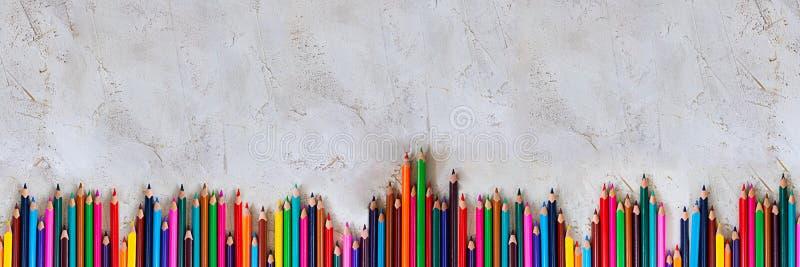 Mady Pecils różni kolory na cementu tła popielatym dzieciaku, dzieci, edukacja, sztuka, rysunek, grafika, przekątna, kopii przest zdjęcie royalty free
