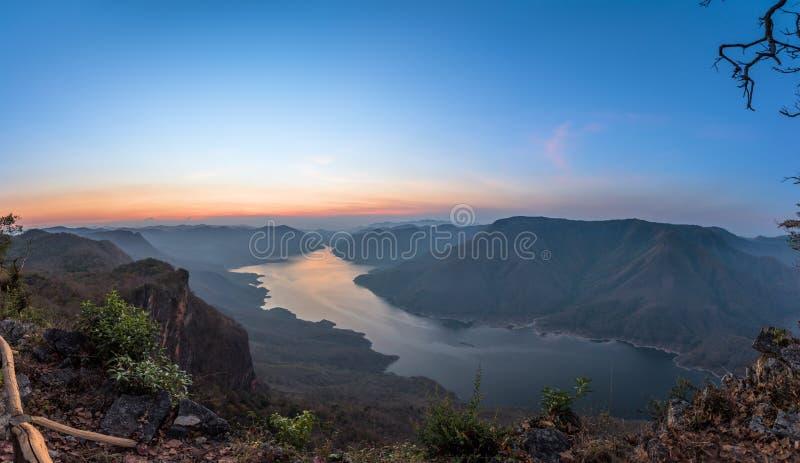 Mae śwista widoku rzeczny punkt Wschód słońca nad góra i jezioro obrazy royalty free