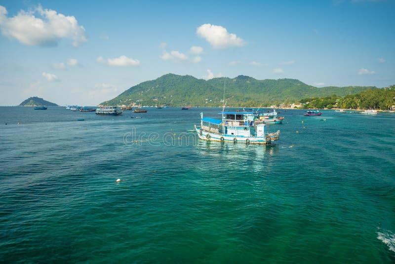 Mae Haad molo, Koh Tao wyspa Tajlandia, Styczeń, - 23, 2019: Turystyczne łodzie i łodzie rybackie przyjeżdżają molo w Koh Tao wys zdjęcia stock