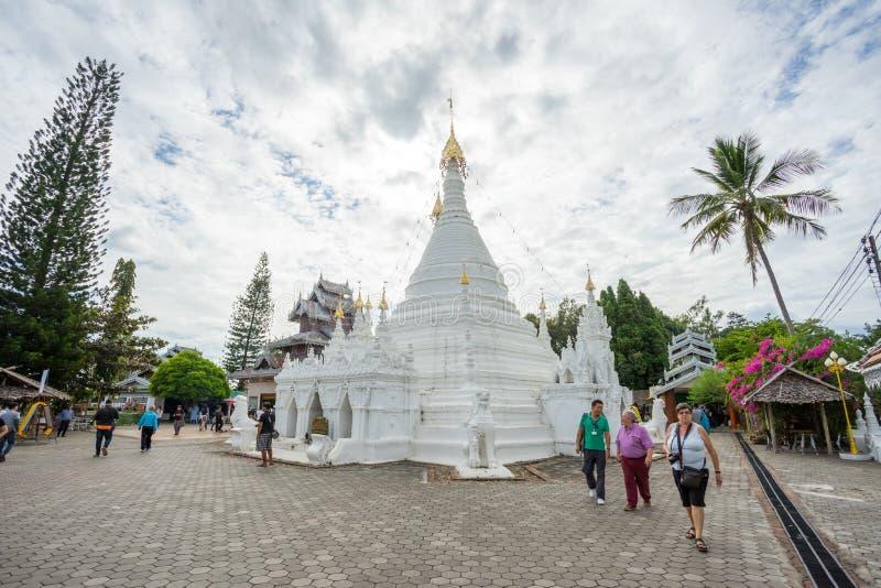 MAE HONG-SOHN, THAIMany-Leute besuchen Birmanisch-Ähnliches chedi von Wat Phra That Doi Kong MU lizenzfreies stockbild
