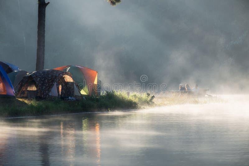 Mae Hong Son, Tailandia - 24 de diciembre de 2016: Los turistas transportan la flotación en balsa en depósito de niebla por mañan imagen de archivo libre de regalías