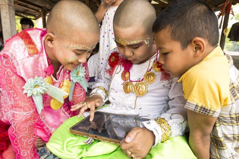MAE HONG SON, THAILAND - APRIL 5, 2015: Oidentifierade barn ar royaltyfri fotografi