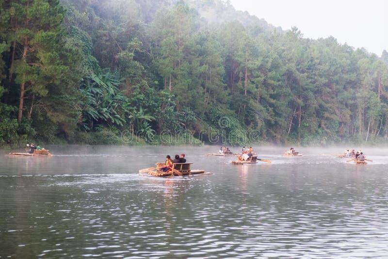 Mae Hong Son, Thailand - 24. Dezember 2016: Hölzernes Flößen der touristischen Gruppe auf Nebelreservoir am Morgen stockfotos