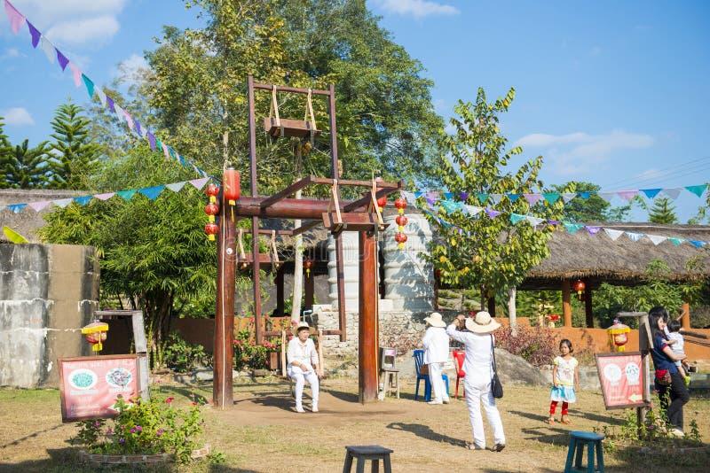MAE HONG-ZOON, 28 THAILAND-DECEMBER, 2016: Stammen houten schommeling stock foto