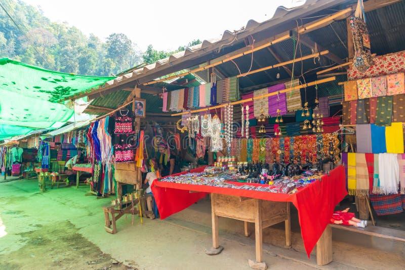 MAE HONG-ZOON, THAILAND - FEBRUARI 6, 2019: Noordelijk de stamdorpen of Karen Long Neck Village van Thailand stock fotografie