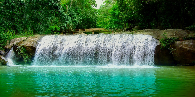 Mae Kampong Waterfall in een vreedzaam dorp Baan Mae Kampong, Chiang Mai, Thailand - Voorraadbeeld Azië, Beroemd Chiang Mai Provi stock afbeeldingen