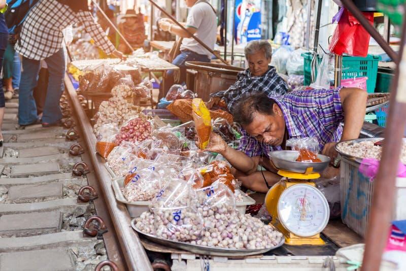 Mae klong rynek, Samut Songkhram, Tajlandia, Listopad, 10, 2017 i jedzenie - atmosfera handlarscy towary, Niezidentyfikowani tury obraz stock