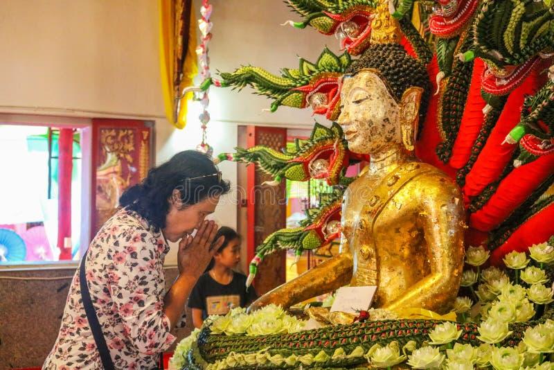 Mae Sot, Tak Thailand 4 de febrero de 2017 Mujeres que adoran a Buda fotografía de archivo