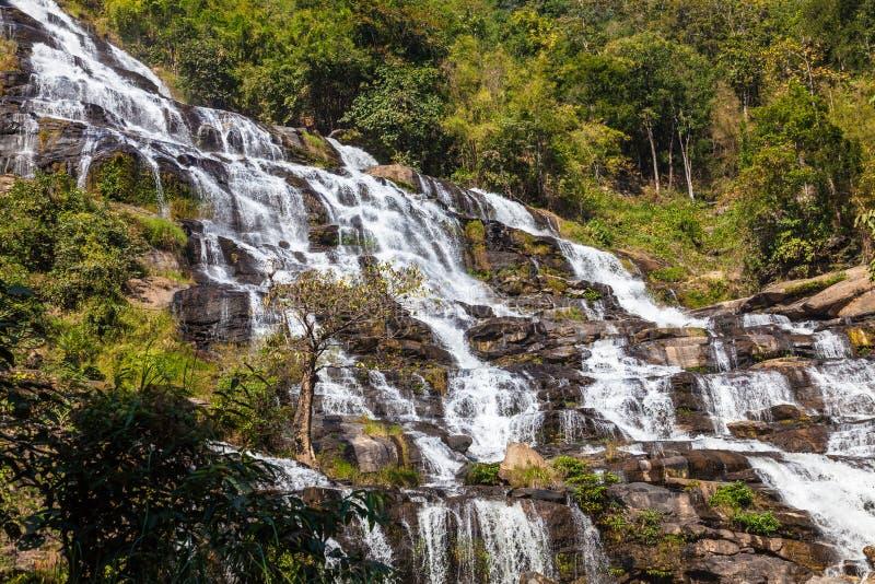 Mae Ya瀑布是旅游胜地和一个最美丽的瀑布在清迈,泰国 库存照片