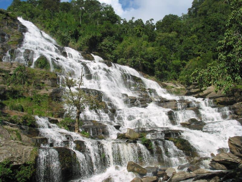 Mae Ya Wasserfall in Chiang Mai, Thailand stockbilder
