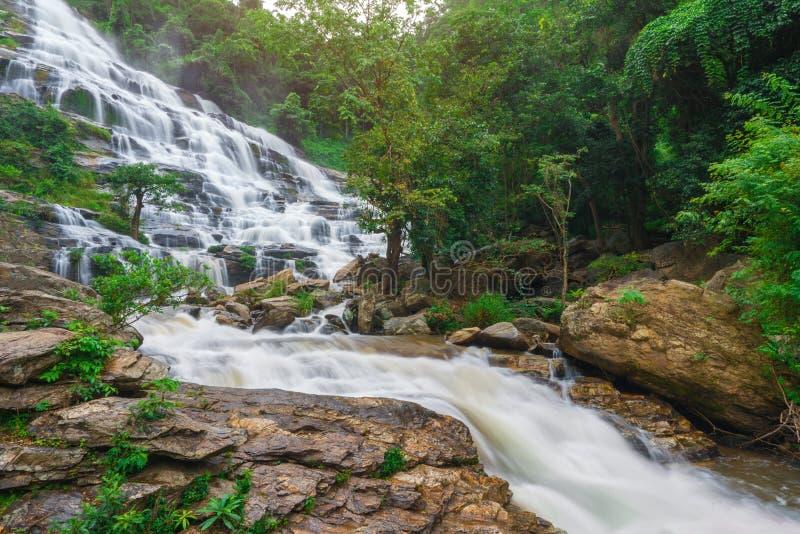 Mae-ya Wasserfall ist große schöne Wasserfälle in Chiang Mai Thailand stockbild