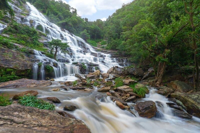 Mae-ya Wasserfall ist große schöne Wasserfälle in Chiang Mai Thailand stockbilder