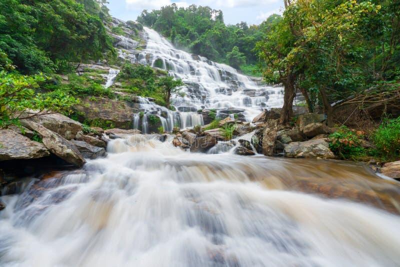 Mae-ya Wasserfall ist große schöne Wasserfälle in Chiang Mai Thailand stockfoto