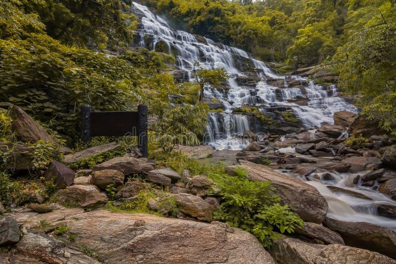 Mae Ya Waterfall dans la forêt tropicale au parc national de Doi Inthanon en Chiang Mai, Thaïlande images stock