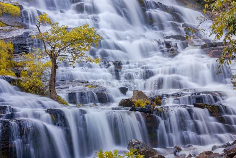 Mae Ya Waterfall i regnskog på den Doi Inthanon nationalparken i Chiang Mai, Thailand arkivfoto